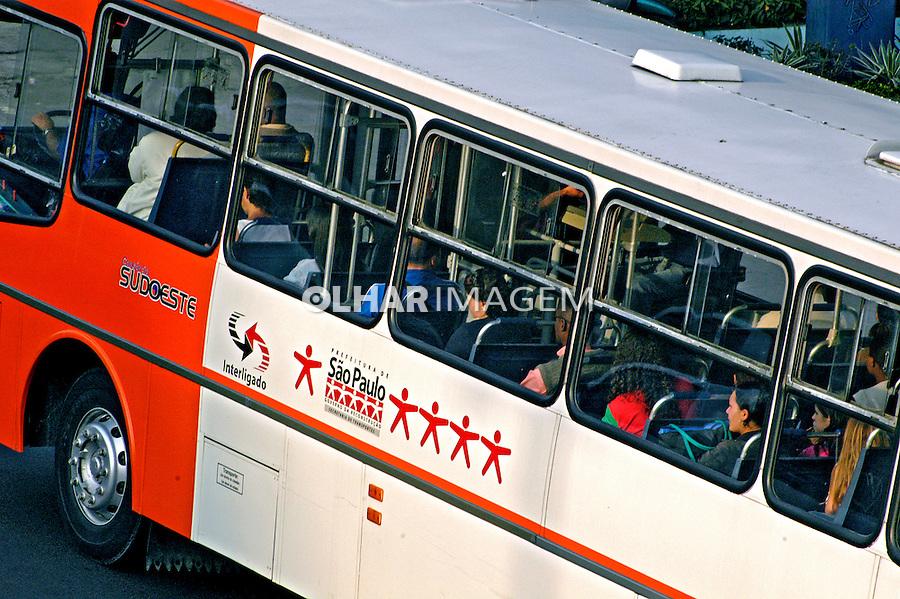 Transporte coletivo em São Paulo. 2004. Foto de Juca Martins.
