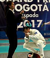 BOGOTA – COLOMBIA – 26 – 05 – 2017: Una juez inspecciona la espada de Nadirbek Usmanov de Uzbekistan, durante Varones Mayores Epee del Gran Prix de Espada Bogota 2017, que se realiza en el Centro de Alto Rendimiento en Altura, del 26 al 28 de mayo del presente año en la ciudad de Bogota.  / A judge inspects the sword of Nadirbek Usmanov from Uzbekistan, during Senior Men´s Epee of the Grand Prix of Espada Bogota 2017, that takes place in the Center of High Performance in Height, from the 26 to the 28 of May of the present year in The city of Bogota.  / Photo: VizzorImage / Luis Ramirez / Staff.