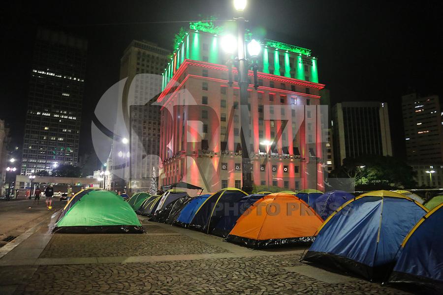 SAO PAULO, SP, 16.12.2013 - OCUPACAO / PREFEITURA / SEM TETOS - <br /> Manifestantes sem-teto sao vistos acampados na madrugada desta segunda-feira, 16, em frente à sede da Prefeitura de São Paulo na regiao central. A ocupacao comecou na manha de ontem domingo, 15, eles dizem ser integrantes do Movimento dos Sem-Teto do Sacomã (MSTS) e protestam porque foi cortada a água e a luz do prédio do extinto Cine Marrocos, ocupado pelo movimento desde 1º novembro. O grupo reivindica que os serviços sejam restabelecidos. Segundo o presidente do MSTS, Robson Santos, até a noite deste domingo não houve negociação com a Prefeitura. Afirma que há 160 barracas montadas e pelo menos mais 80 devem ser instalada nas calçadas do Viaduto do Chá. A Guarda Civil Metropolitana (GCM) acompanha a manifestação. (Foto: Thiago Ferreira / Brazil Photo Press).
