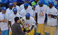 BOGOTÁ -COLOMBIA. 08-06-2014. Jugadores de Cimarrones del Chocó reciben el trofeo como campeones de la  Liga DirecTV de Baloncesto 2014-I de Colombia después de derrotar a Guerreros de Bogotá en el quinto  partido por los playoffs finales realizado en el coliseo El Salitre de Bogotá./ Players of Cimarrones del Choco receive the trophy as champions of the DirecTV Basketball League 2014-I in Colombia after defeated to Guerreros de Bogota in the 5th game for the playoffs finals played at El Salitre coliseum in Bogota. Photo: VizzorImage/ Gabriel Aponte / Staff