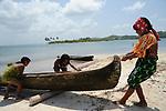 Indígenas guna / mujeres varando un cayuco en la comarca de Guna Yala, Panamá.<br /> <br /> Guna indians / women stranding a bark in Guna Yala region, Panama.
