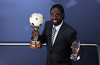 Pictured: Nathan Dyer with his Supporters Player of the Year award. Wednesday 04 May 2011<br />