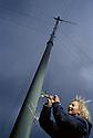 01/06/03 - LE MONASTIER - HAUTE LOIRE - FRANCE - Anne DAMIOLINI branchant son e?olienne sur le Mezenc - Photo Jerome CHABANNE