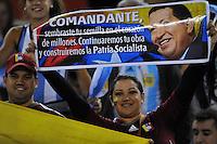 BUENOS AIRES, ARGENTINA, 22 MARÇO 2013 - COPA 2014 - ELIMINATORIAS SUL-AMERICANA - ARGENTINA X VENEZUELA - Torcedores presta homenagem a Hugo Chavez durante partida entre Argentina x Venezuela pela 11 rodada das eliminatórias sul-americana para a Copa do Mundo de 2014 no Estádio Monumental de Núñes em Buenos Aires capital da Argentina, na noite desta sexta-feira, 22. (FOTO: JUANI RONCORONI / BRAZIL PHOTO PRESS).