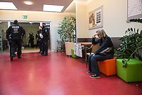 Nach einer Woche Aufenthalt im Haus des Deutschen Gewerkschaftsbunds in Berlin liessen die Verantwortlichen des DGB etwa 25 Fluechtlinge durch die Polizei raeumen. Dabei gab es mehrere Verletzte, zwei davon nach Aussagen von Augenzeugen schwer. Mehrere Fluechtlinge wurden nach der gewaltsamen Raumung ins Krankenhaus gebracht. Mehrere Personen hatten sich zum Teil aneinander gekettet, um so die Raeumung zu verhindern.<br /> Die Fluechtlinge hatten vor einer Woche im DGB-Haus um Unterstuetzung fuer ihr Anliegen nach Asyl und Bleiberecht gesucht. Die Gewerkschaftsverantwortlichen waren jedoch nicht bereit ihnen mehr als ein paar Tage Obdach zu gewaehren und die Politik zu bitten das Problem zu loesen.<br /> Im Bild: Polizei im Gewerkschaftshaus bei der Raeumung. Links eine Journalistin, die erschuettert ist ueber die Art, wie die Fluechtlinge von der Polizei festgenommen werden.<br /> 2.10.2014, Berlin<br /> Copyright: Christian-Ditsch.de<br /> [Inhaltsveraendernde Manipulation des Fotos nur nach ausdruecklicher Genehmigung des Fotografen. Vereinbarungen ueber Abtretung von Persoenlichkeitsrechten/Model Release der abgebildeten Person/Personen liegen nicht vor. NO MODEL RELEASE! Don't publish without copyright Christian-Ditsch.de, Veroeffentlichung nur mit Fotografennennung, sowie gegen Honorar, MwSt. und Beleg. Konto: I N G - D i B a, IBAN DE58500105175400192269, BIC INGDDEFFXXX, Kontakt: post@christian-ditsch.de<br /> Urhebervermerk wird gemaess Paragraph 13 UHG verlangt.]