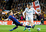 Gareth Bale (R) of Real Madrid competes for the ball with Ivan Rakitic of FC Barcelona during the La Liga 2017-18 match between FC Barcelona and Real Madrid at Camp Nou on May 06 2018 in Barcelona, Spain. Photo by Vicens Gimenez / Power Sport Images