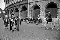 Roma Colosseo turisti e centurioni