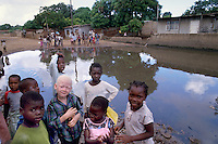 - children in the shantytown of Barrio Mulene, at the periphery of Maputo....- bambini nella bidonville di Barrio Mulene, alla periferia di Maputo