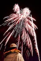 Jongen kijkt naar vuurwerk