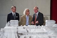 """Zum 20. Jahrestag des """"Verhuellten Reichstags"""" empfing Bundestagspraesident Norbert Lammert den Kuenstler Christo, auf dessen Initiative der Reichstag am 24. Juni 1995 das Kunstprojekt stattfand.<br /> Die Kuenstler Christo und seine 2009 verstorbene Ehefrau Jeanne-Claude hatten seit 1971 fuer ihr Projekt geworben, bis der Bundestag ihm einer namentlichen Abstimmung am 25. Februar 1994 endlich zustimmte. Ein Jahr spaeter, vom 24. Juni bis 7. Juli 1995, wurde das Reichstagsgebaeude verhuellt.<br /> Die Ausstellungsstuecke, welche die Geschichte des Projektes zeigen, wurden von dem  Unternehmer Lars Windhorst erworben und dem Bundestag fuer die Dauer von zunaechst 20 Jahren kostenlos zur Verfuegung stellt.<br /> Vlnr.: Lars Windhorst, Christo, Bundestagspraesident Norbert Lammert.<br /> 17.6.2015, Berlin<br /> Copyright: Christian-Ditsch.de<br /> [Inhaltsveraendernde Manipulation des Fotos nur nach ausdruecklicher Genehmigung des Fotografen. Vereinbarungen ueber Abtretung von Persoenlichkeitsrechten/Model Release der abgebildeten Person/Personen liegen nicht vor. NO MODEL RELEASE! Nur fuer Redaktionelle Zwecke. Don't publish without copyright Christian-Ditsch.de, Veroeffentlichung nur mit Fotografennennung, sowie gegen Honorar, MwSt. und Beleg. Konto: I N G - D i B a, IBAN DE58500105175400192269, BIC INGDDEFFXXX, Kontakt: post@christian-ditsch.de<br /> Bei der Bearbeitung der Dateiinformationen darf die Urheberkennzeichnung in den EXIF- und  IPTC-Daten nicht entfernt werden, diese sind in digitalen Medien nach §95c UrhG rechtlich geschuetzt. Der Urhebervermerk wird gemaess §13 UrhG verlangt.]"""