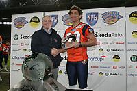 Skylar Fulton (Wide Receiver Amsterdam Admirals) nimmt die TRoph‰e des Offensive MVP stellvertretend f¸r den verletzten Teamkollegen Gibran Hamdan (Quarterback Amsterdam Admirals) entgegen