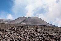 Wasserdampf, und giftige Gase steigen aus dem Vulkan Etna auf Sizilien auf.<br /> Der Etna ist einer der wenigen aktiven Vulkan in Europa.<br /> 24.7.2020, Parco dell'Etna<br /> Copyright: Christian-Ditsch.de