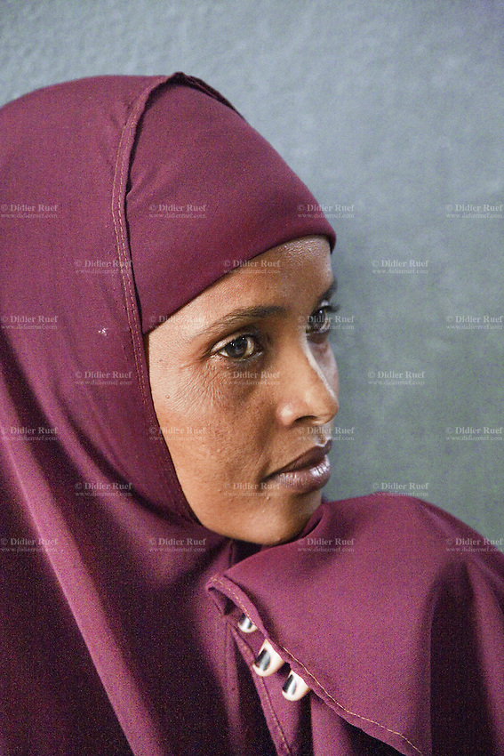 Somaliland. Waqohi Galbed province. Hargeisa. Tubeculosis (TB) hospital. A black muslim woman, wearing a claret veil on her head, waits for her husband who is undergoing a medical consultation as a suspected TB case. The Global Fund through the ngo ( non-governmental organization ) World Vision supports the programm with a Tuberculosis grant (financial aid). Somaliland is an unrecognized de facto sovereign state located in the Horn of Africa. Hargeisa is the capital of Somaliland. © 2006 Didier Ruef