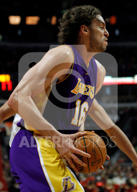 UNITED CENTER CHICAGO USA 15.12.2009.MECZ LIGI NBA CHICAGO BULLS - LOS ANGELES LAKERS 87:96. KOBE BRYANT ZDOBYL 42 PUNKTY I POPROWADZIL LA LAKERS DO 19-GO ZWYCIESTWA W TYM SEZONIE..N Z PAU GASOL LOS ANGELES LAKERS.KAMIL KRZACZYNSKI / NEWSPIX.PL..PAU GASOL LOS ANGELES LAKERS AGAINST CHICAGO BULLS...---.Newspix.pl