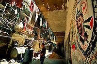 Shatila / Beirut / Libano - 2007.Veduta del campo palestinese alla periferia di Beirut dove nel 1982 si svolse il massacro dei Palestinesi e civili libanesi da parte dei gruppi armati Cristiano Maroniti alleati dell'esercito israeliano..Un'immagine del leader palestines Yaser Arafat sul muro di una casa..Foto Livio Senigalliesi...Shatila / Beirut / Lebanon - 2007.view of palestinian refugee camp..The Sabra and Shatila massacre took place in the Sabra and Shatila Palestinian refugee camps in Beirut, Lebanon between September 16 and September 18, 1982, during the Lebanese civil war. Palestinian and Lebanese civilians were massacred in the camps by Christian Lebanese Phalangists while the camp was surrounded by the Israel Defense Force..Photo Livio Senigalliesi