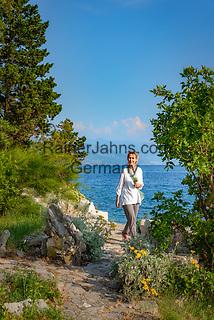 Croatia, Kvarner Gulf, Novi Vinodolski: footpath leading to small coves   Kroatien, Kvarner Bucht, Novi Vinodolski: an der Kueste kommt man zu den kleinen, felsigen Buchten manchmal nur zu Fuss