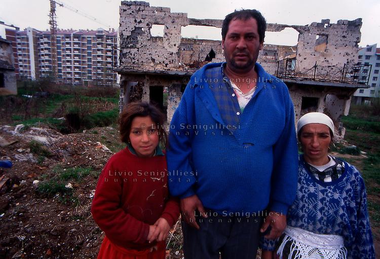 Sarajevo / Bosnia Erzegoviva / BIH 1995.Membri di una famiglia rom nel quartiere di Dobrinja..Foto Livio Senigalliesi..Sarajevo / BIH 1995.Roma in Dobrinja district..Photo Livio Senigalliesi