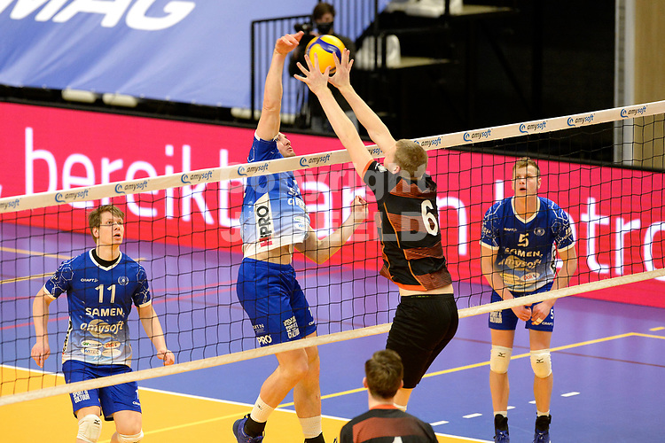 30-01-2021: Volleybal: Amysoft Lycurgus v Talentteam Papendal: Groningen Groningen Lycurgus speler Dennis Borst in duel met TT Papendal speler Luuk Hofhuis