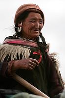Paysanne de la vallée du Zanskar. Elle porte les vêtements traditionnels ladakhis ornés de poils de chèvre. Ladakh Himalaya Inde. Photo : Vibert / Actionreporter.com