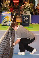 18-12-10, Tennis, Rotterdam, Reaal Tennis Masters 2010, de Umpire meet het net