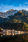 Italien, Venetien, Provinz Belluno, Alleghe: am gleichnamigen See Lago d'Alleghe vor den Gipfeln der Monte Civetta in den Dolomiten | Italy, Veneto, Province Belluno, Alleghe: at Lago d'Alleghe with Monte Civetta mountains in the Dolomites