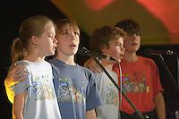 Quatre jeunes chanteurs de kan an diskan de 12 et 14 ans.Fest-Noz au bar Le Kenhuel