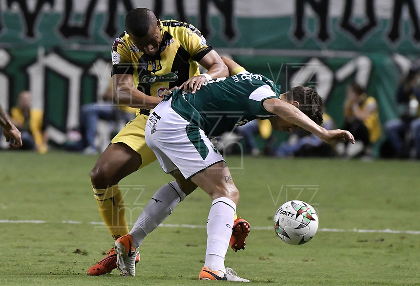 PALMIRA - COLOMBIA, 17-09-2019: Matias Cabrera del Cali disputa el balón con Farid Diaz de Alianza durante partido entre Deportivo Cali y Alianza Petrolera por la fecha 11 de la Liga Águila II 2019 jugado en el estadio Deportivo Cali de la ciudad de Palmira. / Matias Cabrera of Cali vies for the ball with Farid Diaz of Alianza during match between Deportivo Cali and Alianza Petrolera for the date 11 as part Aguila League II 2019 played at Deportivo Cali stadium in Palmira city. Photo: VizzorImage / Gabriel Aponte / Staff