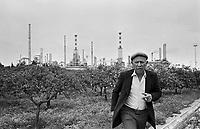 - Sicily, a farmer close to the petrochemical plants of Priolo....- Sicilia, un agricoltore vicino agli stabilimenti petrolchimici di Priolo