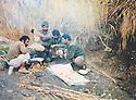 Iraq 1991 .Lunch in open field for peshmergas in Germian .Iraq 1991 .Dejeuner en plein air pour des peshmergas dans le Germian
