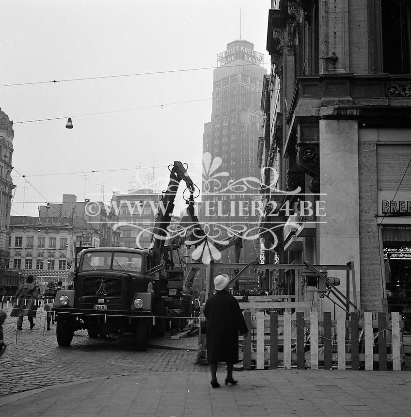 Oktober 1971. Bouw premetro in Antwerpen.  Meir winkelstraat met op de achtergrond de Boerentoren.
