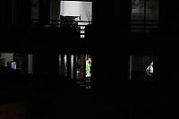 CALI - COLOMBIA, 23-03-2020: Personas confinadas en sus casas durante la cuarentena total en el territorio colombiano causada por la pandemia  del Coronavirus, COVID-19 / People confined in their homes during the total quarantine in Colombian territory caused by the Coronavirus pandemic, COVID-19. Photo: VizzorImage / Gabriel Aponte / Staff