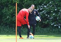 Ante Rebic (Eintracht Frankfurt) zeigt nach seiner Verletzungspause im Training an, wo es noch zwickt und weh tut - 01.05.2018: Eintracht Frankfurt Training, Commerzbank Arena
