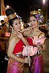 Thailand, Northern Thailand, Chiang Mai: young women at Loi Krathong festival posing | Thailand, Nordthailand, Chiang Mai: junge Thailaenderinnen posen beim Loi Krathong Festival
