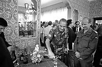 """- Aviano (Pordenone), alti ufficiali NATO partecipano ad un rinfresco nel circolo ufficiali della caserma Zappalà, sede della 132a Brigata Corazzata """"Ariete""""(Settembre 1986); al centro il generale Franco Angioni<br /> <br /> - Aviano (Pordenone), senior NATO officers take part in a cocktail party in the officer's club of Zappalà barracks, headquarters of 132nd Armoured Brigade """"Ariete"""" (September 1986); in center general Franco Angioni"""