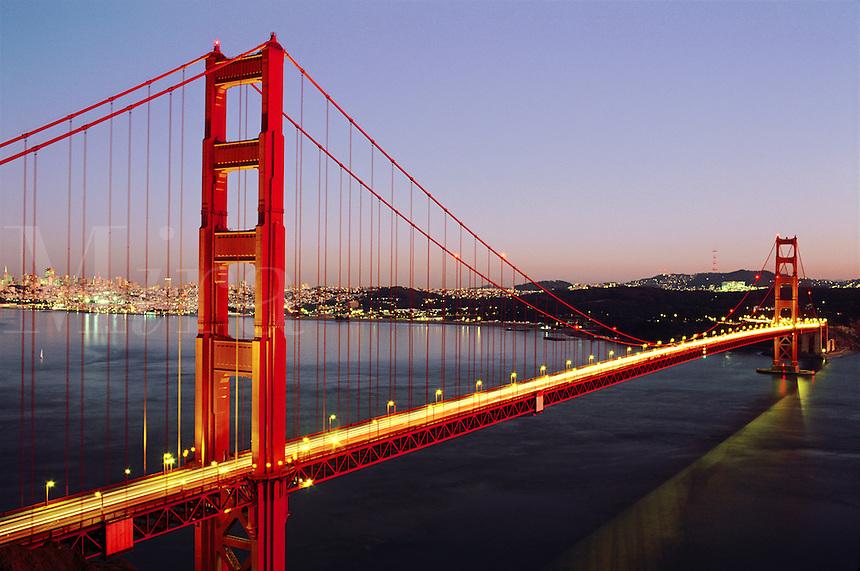 USA,California, San Francisco, Golden Gate Bridge at dus