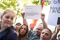 """Protest vor der Senatsverwaltung fuer Gesundheit und Soziales in Berlin fuer eine humanitaere Fluechtlingspolitik in Berlin.<br /> Am Mittwoch den 26.08.2015 protestierten ehrenamtliche Helferinnen und Helfer aus den behelfsmaessigen Erstaufnahmeeinrichtungen und Landesamt fuer Gesundheit und Soziales (LaGeSo) gegen die unhaltbaren Zustaende und die defacto Weigerung der Senatsverwaltung professionell zu helfen. """"Bei jedem Marathon schafft es diese Stadt Toiletten und Duschen fuer mehrere zentausend Menschen aufzustellen, aber bei Fluechtlingen bleibt sie untaetig!"""" so ein Redner. """"Mit Bekanntwerden der sich zunehmend verschlechternden Bedingungen am LaGeSo sind, aufgeschreckt und betroffen von den unmenschlichen Zustaenden, immer mehr Helferinnen und Helfer sowie Spender eingesprungen und haben etwas gezeigt, was Berlin ausmacht: Weltoffenheit, Hilfsbereitschaft und Mitgefuehl. Die Menschen handelten schnell, unbuerokratisch und in ihrer Freizeit, sogar im Urlaub. Wann handeln sie, Herr Czaja?""""<br /> Die Demonstranten forderten den Ruecktritt des Senators - """"Wer ueberfordert ist darf zuruecktreten Herr Czaja"""".<br /> 26.8.2015, Berlin<br /> Copyright: Christian-Ditsch.de<br /> [Inhaltsveraendernde Manipulation des Fotos nur nach ausdruecklicher Genehmigung des Fotografen. Vereinbarungen ueber Abtretung von Persoenlichkeitsrechten/Model Release der abgebildeten Person/Personen liegen nicht vor. NO MODEL RELEASE! Nur fuer Redaktionelle Zwecke. Don't publish without copyright Christian-Ditsch.de, Veroeffentlichung nur mit Fotografennennung, sowie gegen Honorar, MwSt. und Beleg. Konto: I N G - D i B a, IBAN DE58500105175400192269, BIC INGDDEFFXXX, Kontakt: post@christian-ditsch.de<br /> Bei der Bearbeitung der Dateiinformationen darf die Urheberkennzeichnung in den EXIF- und  IPTC-Daten nicht entfernt werden, diese sind in digitalen Medien nach §95c UrhG rechtlich geschuetzt. Der Urhebervermerk wird gemaess §13 UrhG verlangt.]"""