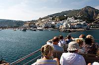 Ausflugsboot vor Sant'Angelo, Ischia, Italien