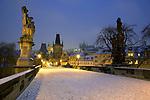 Tschechien, Boehmen, Prag: Winter in Prag, verschneite Karlsbruecke, im Hintergrund der Hradschin und die Prager Burg | Czech Republic, Bohemia, Prague: Charles Bridge, started by Charles 4th in 1357, Looking towards the Hradcany district and Prague Castle in the snow with statues from the 17th century