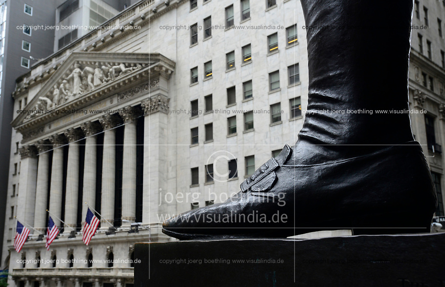 USA, New York City, Manhattan, building of NYSE New York Stock Exchange at Wall Street , in the front foot of George Washington statue / Boerse an der Wall St.