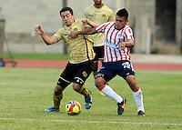 ITAGÜI - COLOMBIA - 20-09-2013: Braynner Garcia (Izq.) jugador del Itagüi Ditaires disputa el balón con Jhony Vasquez (Der.) jugador del Atletico Junior durante el partido en el estadio Ditaires de la ciudad de Itagüi, septiembre 20 de 2013. Itagüi Ditaires y Atletico Junior durante partido por la decima  fecha de las de la Liga Postobon II. (Foto: VizzorImage / Luis Rios / Str). Braynner Garcia (L), player of Itagüi Ditaires vies for the ball with Jhony Vasquez (R) player of Atletico Junior during a math in the Ditaires Stadium in Itagüi city, September 20, 2013. Itagüi Ditaires and Atletico Junior in a match for the tenth round of the Postobon II League. (Photo: VizzorImage / Luis Rios / Str).