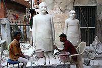 31.10.2007 Varanasi(Uttar Pradesh)<br /> <br /> Sculptors making statues.<br /> <br /> Sculpteurs en train de faire des statues.