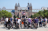 Nederland - Amsterdam - 2018.  Toeristen en gids op het Museumplein.  Foto Berlinda van Dam / Hollandse Hoogte.