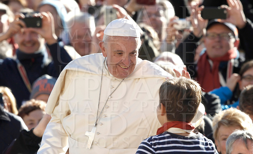 Papa Francesco saluta un bambino a bordo della papamobile al suo arrivo all'udienza generale del mercoledi' in Piazza San Pietro, Citta' del Vaticano, 12 ottobre 2016.<br /> Pope Francis greets a child aboard the popemobile as he arrives for his weekly general audience in St. Peter's Square at the Vatican, 12 October 2016.<br /> UPDATE IMAGES PRESS/Isabella Bonotto<br /> <br /> STRICTLY ONLY FOR EDITORIAL USE