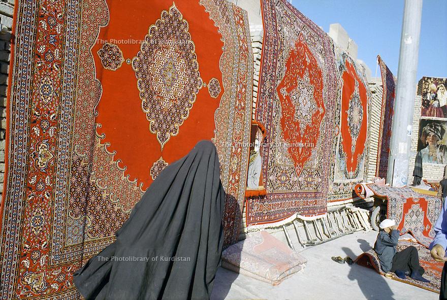Irak 2000  Les marchands de tapis iraniens de contrebande au pied de la citadelle d'Erbil  Iraq 2000  Carpets' dealer in Erbil near the citadel