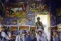 Irak 1985 Dans les zones libérées, région de Lolan, peshmergas reçus dans une maison Iraq 1985 In liberated areas, Lolan district, peshmergas visiting a private house