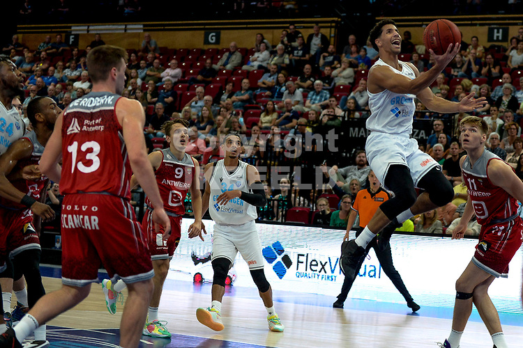 GRONINGEN - Basketbal , Open Dag met Donar - Antwerp Giants , voorbereiding seizoen 2021-2022, 05-09-2021,Donar speler Leon Williams op weg naar een score