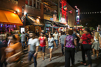 On any typical weekend thousands of party goers walk through 6th Street, Austinís downtown bar district offering clubs and bars for every taste from techno dancing clubs for college students to speakeasy for ambient atmosphere - Stock Image.