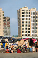 "S?dasien Asien Indien IND Asien Indien Megacity Metropole Mumbai Bombay .Menschen leben in Zelten und H?tten auf der Strasse im Stadtteil Andheri vor Appartment Hochh?user - St?dtewachstum Haus H?user Hochhaus H?tten wohnen Notunterkunft Wohnraum Mieten Miete urban Verslumung Slums Migranten Migration vom Land Armut Elend Urbanes Leben Slumbewohner Slum Wasser Obdachlose Obdachlosigkeit Hygiene Seuchen Cholera Kontrast Kinder Urbanisierung Slumabri§ abreissen Vertreibung sozial soziale Konflikt Inder indisch xagndaz | .South Asia India Mumbai Bombay .huts of migrants from rural villages on the street in suburban Andheri in contrast to appartment building - Migration poverty misery slums water poor migration from villages living in huts in slum in megacity metropole slum dweller construction housing city growth water health slum demolition .| [ copyright (c) Joerg Boethling / agenda , Veroeffentlichung nur gegen Honorar und Belegexemplar an / publication only with royalties and copy to:  agenda PG   Rothestr. 66   Germany D-22765 Hamburg   ph. ++49 40 391 907 14   e-mail: boethling@agenda-fototext.de   www.agenda-fototext.de   Bank: Hamburger Sparkasse  BLZ 200 505 50  Kto. 1281 120 178   IBAN: DE96 2005 0550 1281 1201 78   BIC: ""HASPDEHH"" ,  WEITERE MOTIVE ZU DIESEM THEMA SIND VORHANDEN!! MORE PICTURES ON THIS SUBJECT AVAILABLE!! INDIA PHOTO ARCHIVE: http://www.visualindia.net ] [#0,26,121#]"
