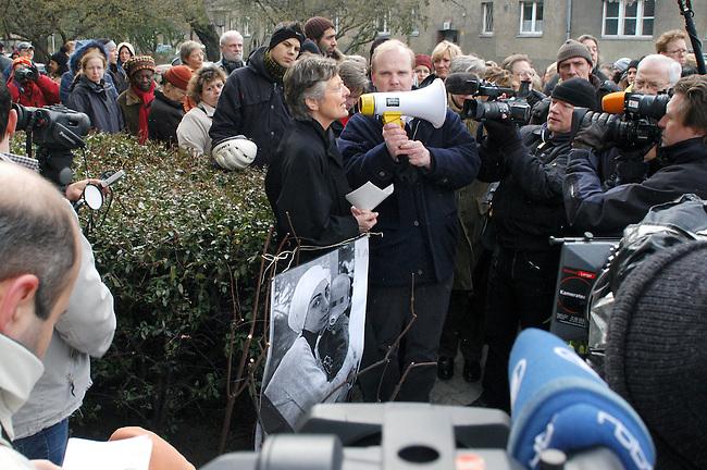 """Mahnwache fuer Mordopfer<br /> Anlaesslich der Ermordung der 23 Jahre alten Berlinerin Hatun Sueruecue (Sueruecue) am 7. Februar 2005 im Berliner Bezirk Tempelhof versammelten sich am Dienstag den 22. Februar etwa 200 Menschen zu einer Mahnwache. Angeprangert wurde die in der Oeffentlichkeit als """"Ehrenmord"""" bekannt gewordene Tat. Die genauen Hintergruende der Tat sind jedoch noch ungeklaert.<br /> Aufgerufen zu der Mahnwache hatten verschiedene Lokalpolitiker, der Lesben- und Schwulenverband Berlin-Brandenburg, Maneo - Schwules Ueberfalltelefon sowie die Opferhilfe Berlin.<br /> Hier: Marieluise Beck, Beauftragte der Bundesregierung fuer Migration, Fluechtlinge und Integration.<br /> 22.2.2005, Berlin<br /> Copyright: Christian-Ditsch.de<br /> [Inhaltsveraendernde Manipulation des Fotos nur nach ausdruecklicher Genehmigung des Fotografen. Vereinbarungen ueber Abtretung von Persoenlichkeitsrechten/Model Release der abgebildeten Person/Personen liegen nicht vor. NO MODEL RELEASE! Nur fuer Redaktionelle Zwecke. Don't publish without copyright Christian-Ditsch.de, Veroeffentlichung nur mit Fotografennennung, sowie gegen Honorar, MwSt. und Beleg. Konto: I N G - D i B a, IBAN DE58500105175400192269, BIC INGDDEFFXXX, Kontakt: post@christian-ditsch.de<br /> Bei der Bearbeitung der Dateiinformationen darf die Urheberkennzeichnung in den EXIF- und  IPTC-Daten nicht entfernt werden, diese sind in digitalen Medien nach §95c UrhG rechtlich geschuetzt. Der Urhebervermerk wird gemaess §13 UrhG verlangt.]"""