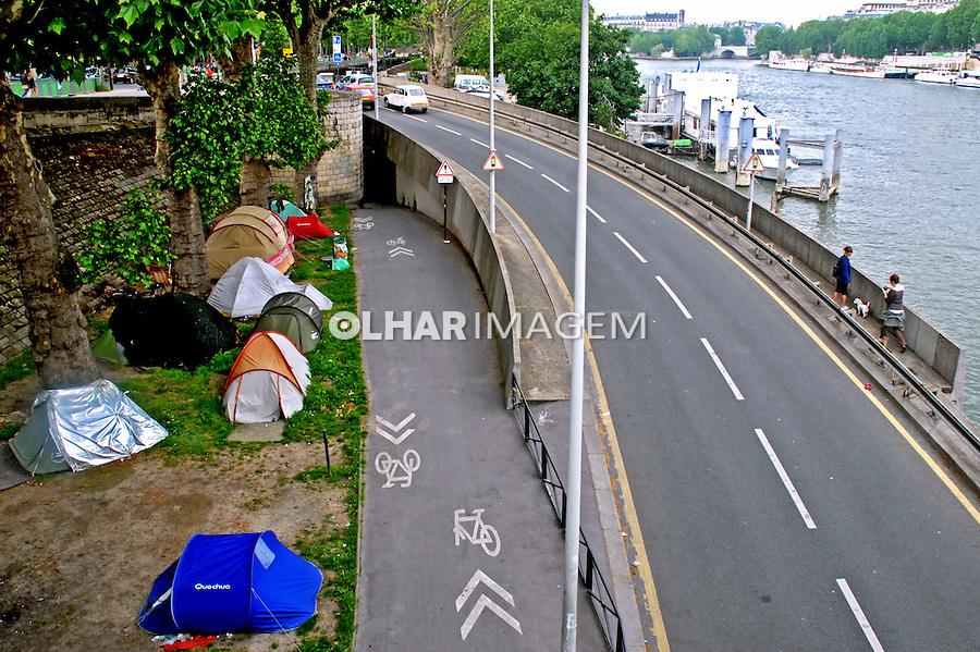Acampamento de sem teto na margem do Rio Senna em Paris. França. 2008. Foto de Thais Falcão.